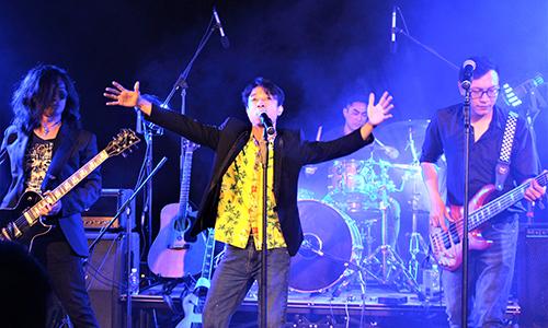 Guitarist Trần Tuấn Hùng (trái) và vocal Hoàng Lân (giữa).