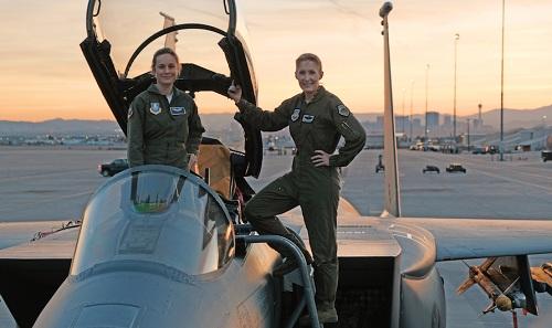 Brie Larson (trái) trên trường quay.