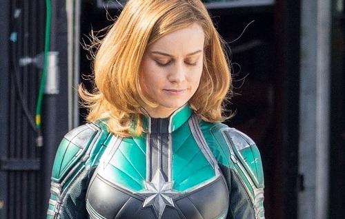 Captain Marvel trong trang phục người hùng.