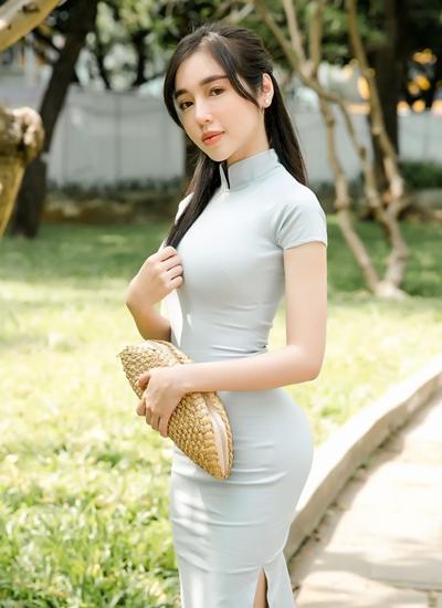 Elly Trần đi Hội sách TP HCM hôm 25/3.