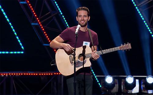 Trevor Holmes trên sân khấu American Idol.