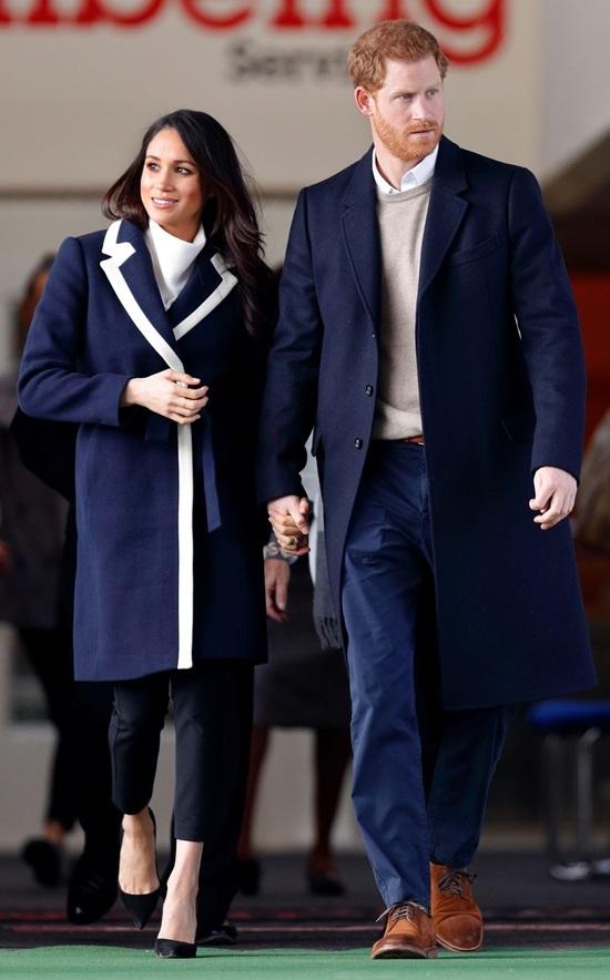 Vợ sắp cưới của hoàng tử Harry thay đổi gu mặc sau đính hôn