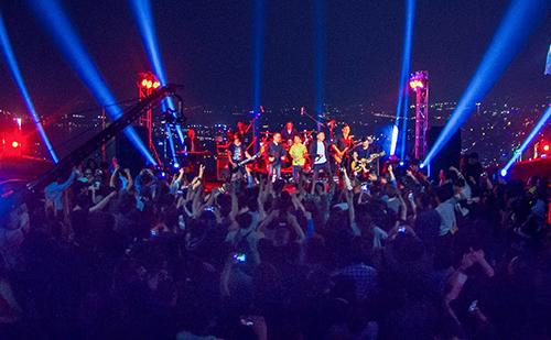 Sân khấu liveshow Ngày trở về trên tầng 67 của toà nhà cao nhất Hà Nội.