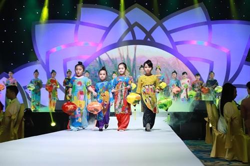 Lễ hội Áo dài TP HCM lần thứ 5 vừa khép lại vào tối 26/3. Theo bà Trương Huệ Vân - đại diện nhà tài trợ chương trình, sự trở lại của áo dài trong dịp lễ tết những năm gần đây cho thấy văn hóa mặc của người dân thành phố, đặc biệt là chị em đãthay đổi tích cực. Không chỉ quan tâm đến trang phục truyền thống, công chúng còn tìm kiếm các mẫu áo dài kết hợp với trào lưuthời trangthế giới. Xu hướng này chịu ảnh hưởng không ít từ sự tác động của những sự kiện văn hóa như Lễ hội áo dài TP HCM. Qua 5 năm tổ chức, chương trình gặt hái nhiều thành công, trong đó có nhiều đổi mới đáng khích lệ.