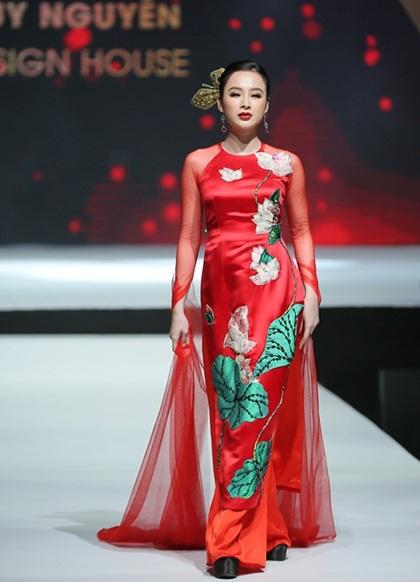 NTK Thủy Nguyễn hướng sự chú ý của công chúng qua những họa tiết sen được đính kết tỉ mỉ bằng tay và chi tiết popart in kỹ thuật cao trên nền vải gấm, mang đậm dấu ấn của hội họa trong BST Sen.