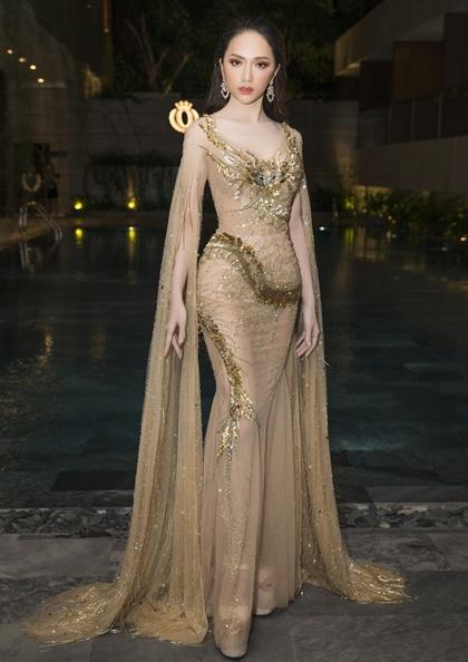 Tối 27/3, Hương Giang xuất hiện tại một sự kiện ở Đà Nẵng. Cô diện váy xuyên thấu ánh vàng của Đỗ Long vớ chủ đềnữ thần.