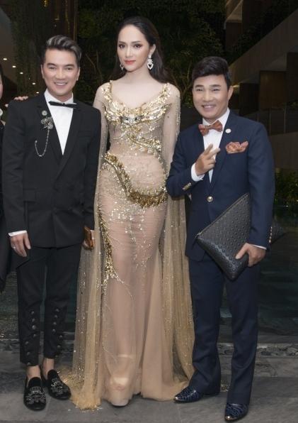 Ca sĩ Đàm Vĩnh Hưng diện veston cách điệu phong cách trẻ trung bênQuang Linh và Hương Giang.