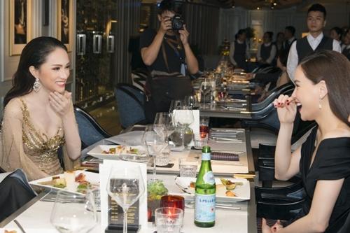 Những câu chuyện về cuộcthi Hoa hậu Chuyển giới Quốc tế của Hương Giang được các vị khách mời quan tâm. Hoa hậu cho biết cô rất vui vì từ ngày đăng quang, đồng nghiệp, bạn bè liên tục hỏi thăm, chúc mừng.