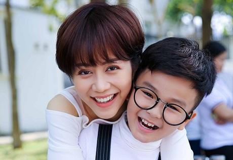 Nhện (bé Hữu Khang đóng) là cậu bé lớp hai hiếu động sống với người mẹ dơn thân Tiên (An Nguy).