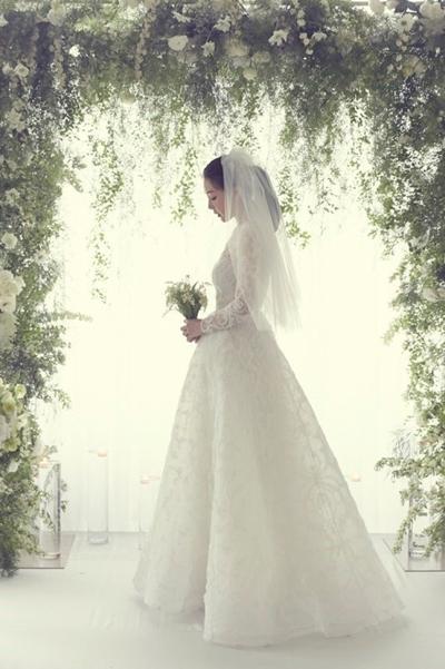 Người đẹp diện váy phong cách cổ điển.