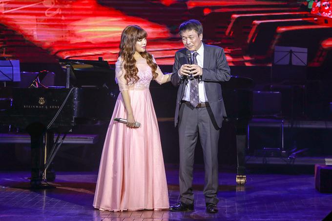 Phú Quang khóc khi kể về bố mẹ trên sân khấu