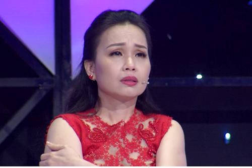 Cẩm Ly khóc khi theo dõi tiết mục thí sinh.