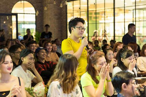 Đông đảo bạn trẻ có mặt để giao lưu cùng Hoàng Thùy Linh.