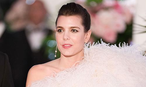 Công chúa Monaco đẹp nhất tuần với đầm đính lông vũ
