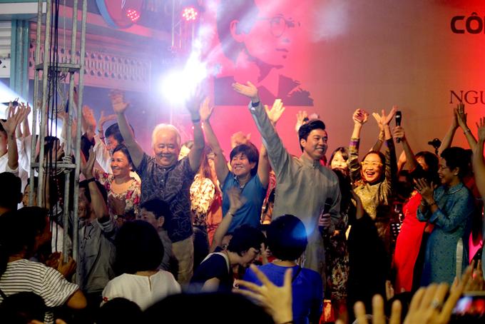 Cặp song sinh của Hồng Nhung cổ vũ mẹ hát