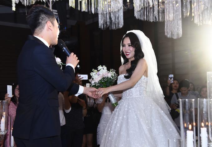 Khắc Việt hát giới thiệu vợ với bạn bè