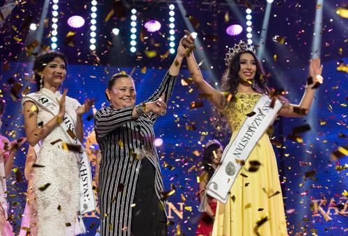 Alfïya Ersayın vượt qua 29 thí sinh giành chiến thắng và nhận vương miện từ người tiền nhiệm Kamilla Asylova (váy trắng). Cô sẽ đại diện Kazakhstan tham dự Miss World năm nay.