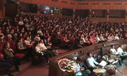 Khán giả đến xem vở Tống Trân Cúc Hoa.