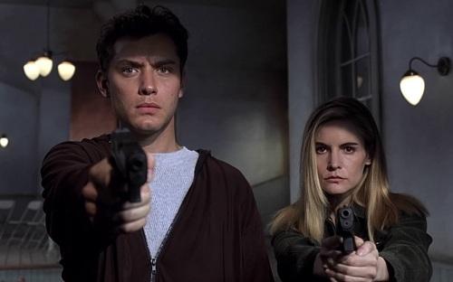 Đây là tác phẩm nổi bật trong giai đoạn đầu sự nghiệp Jude Law (trái).