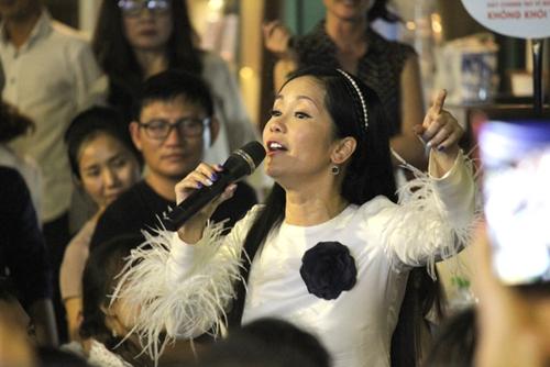 Ca sĩ Hồng Nhung hát Nhớ mùa thu Hà Nội giữa vòng tay khán giả.