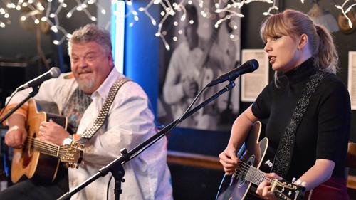 Taylor Swift biểu diễn trong quán cà phê ở quê nhà