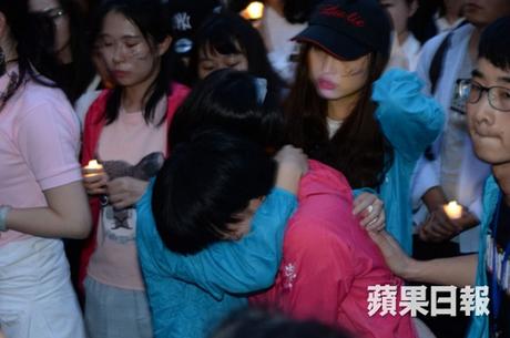 Khán giả ôm nhau khóc trong buổi tưởng niệm.