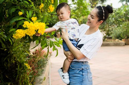 Dương Cẩm Lynh chia sẻ thời gian này cô quay một lúc hai, ba phim nên ít có thời gian bên con trai. Bé được bà vú và bà ngoại thay phiên nhau chăm sóc.