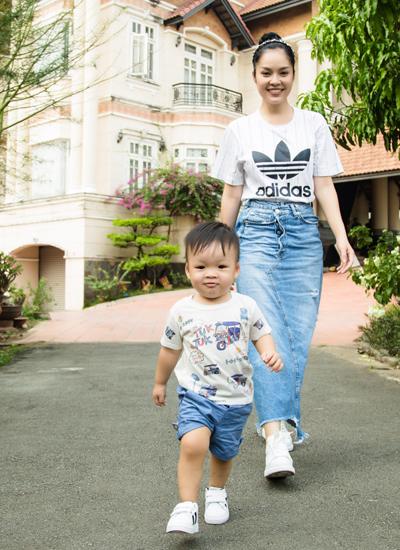 Cô đang tham gia phim Nợ giang hồ với bối cảnh quay ở TP HCM, Bình Dương, Đồng Tháp. Trong ba ngày quay ở Bình Dương, cô nhờ bà vú đưa con trai đến vì nhớ.