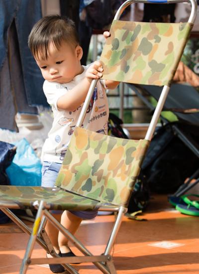 Con trai Dương Cẩm Lynh khá nghịch ngợm. Bé vui chơi mà không sợ người lạ.