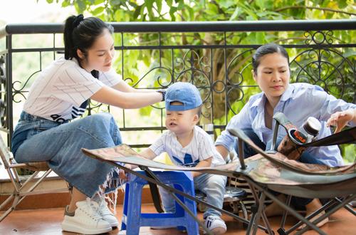 Dương Cẩm Lynh cho biết những lúc đi diễn xa cả tuần, cô chuẩn bị trước thực đơn cho con để người giúp việc làm theo, như vậy cô mới yên tâm.