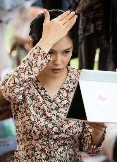 Trong phim, Dương Cẩm Lynh vào vai một người phụ nữ yêu thương chồng con hết mực.