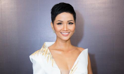 Hoa hậu H'Hen Niê dự sự kiện dù sức khỏe yếu