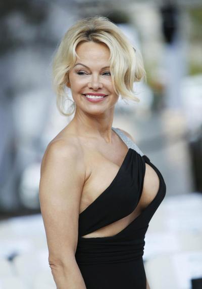 Pamela Anderson từng bị bảo mẫu lạm dụng khi còn nhỏ.