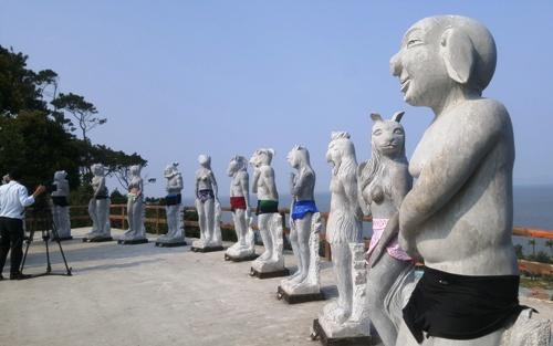 Bộ tượng 12 con giáp khỏa thân mình người đầu thú đặt tại khu du lịch Hòn Dáu Resort, Đồ Sơn (Hải Phòng). Ảnh: Giang Chinh.
