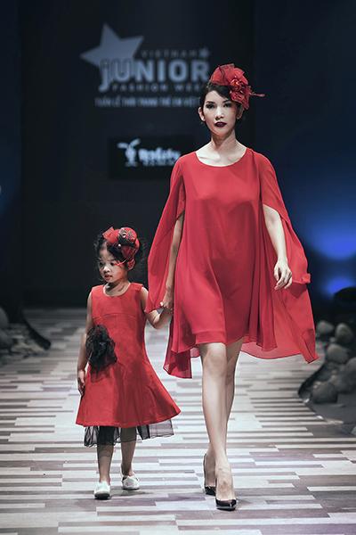 Xuân Lan làm show thời trang trẻ em tại vườn hoa ở Hà Nội
