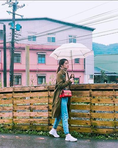 Ngày lạnh, cô sử dụng sơ mi dáng dài làm áo khoác, áo len cổ lọ và quần jeans với giày thể thao.