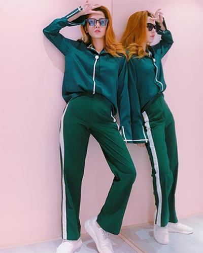Trong hai năm trở lại đây, Chi Pu tiến bộ rõ rệt về phong cách thời trang. Theo đuổi phong cách sporty chic ở đời thường, người đẹp nhiều lần ghi điểm với cách phốisneakers. Trong ảnh, cô chọn áo kiểu dáng pyjama, kết hợp quần thể thao công sởvà giày trắng cơ bản. Bộ cánh ấn tượng ở cách chơi tông xanh và trắng đồng điệu từ quần áo đến phụ kiện.