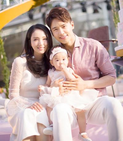 Vợ chồng Đổng Tuyền và con gái.
