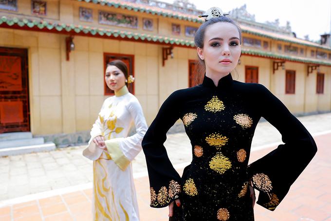 Hoa hậu Nga diện áo dài viếng lăng Ông Bà Chiểu