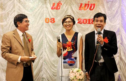 Nhà báo Lưu Đình Triều (trái) chúc mừng hạnh phúc của nhà thơ Lê Minh Quốc và vợ.