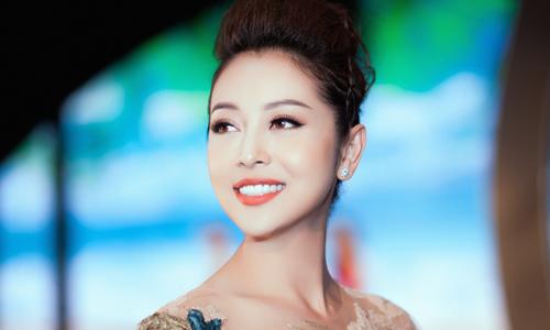 Jennifer Phạm diện váy xuyên thấu làm MC