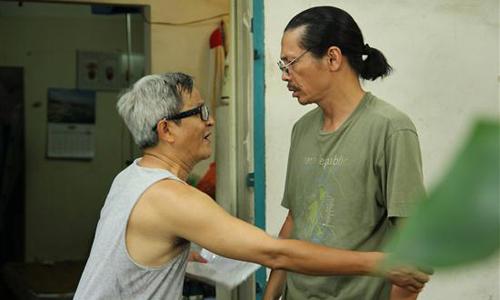 Diễn viên Trung Anh (phải) trong Những công dân tập thể.