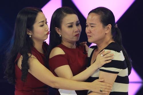 Mẹ bé Trúc Quỳnh xúc động bên ca sĩ Cẩm Ly (giữa) và Ốc Thanh Vân.