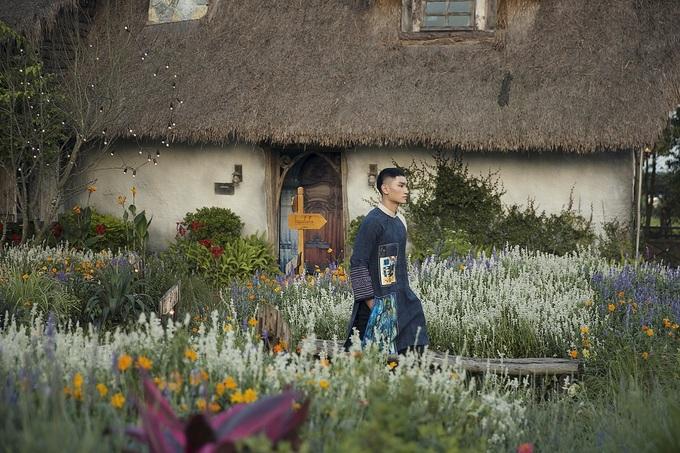 Xuân Bắc cùng hai con trai catwalk giữa vườn hoa