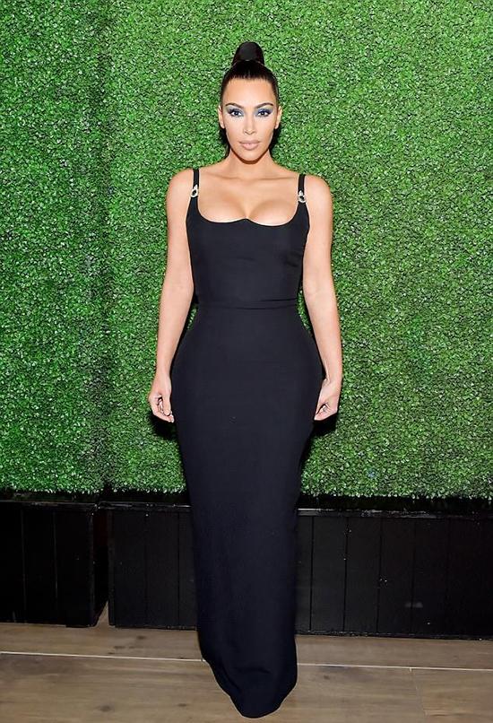Kim Kardashian đẹp nhất tuần với đầm khoét ngực