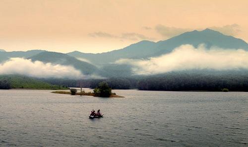Hòn đảo biệt lập ở giữa sông là nơi diễn ra nhiều tình tiết quan trọng trong phim.