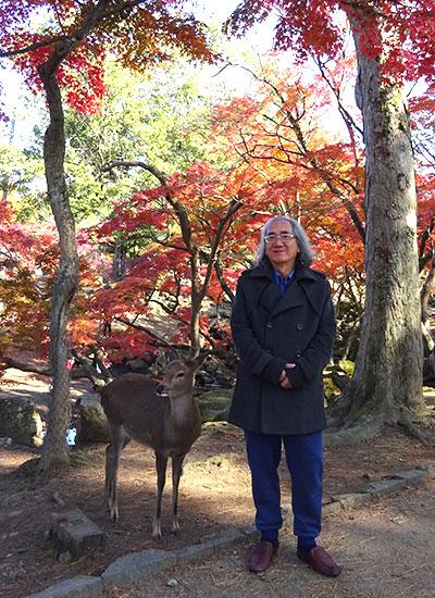 Nhà văn Nhật trong một chuyến đến thăm Nhật.