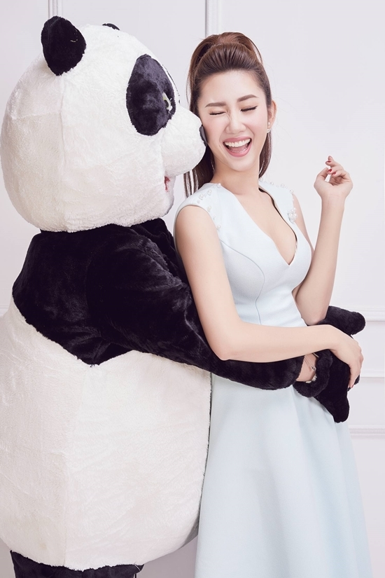 Thúy Ngân ôm hôn người mẫu gấu trúc đón tuổi 27