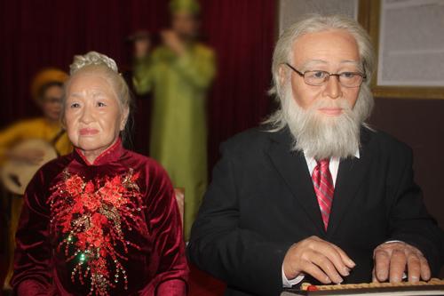 Tượng sáp vợ chồng cố nhạc sĩ Bắc Sơn.