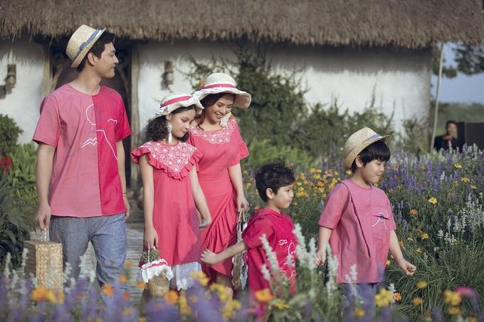 Gia đình Phan Anh mặc đồ hồng catwalk